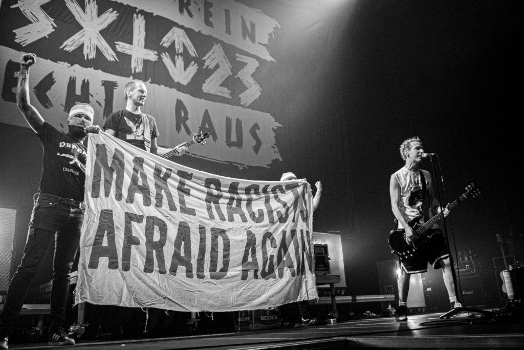 """Musik gegen Rechts: ZSK auf der Bühne mit Banner """"Make racists afraid again"""
